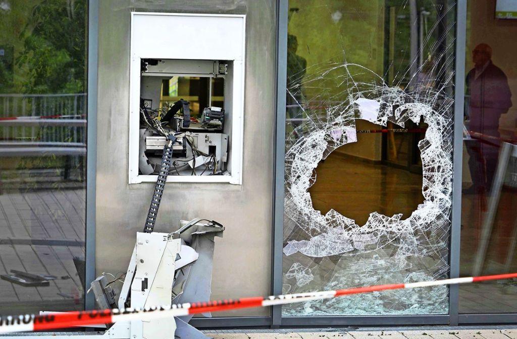 Spektakulär, aber eher selten: Seit 2015 wurden im Zuständigkeitsbereich des Polizeipräsidiums Reutlingen in vier Fällen Bankautomaten gesprengt – der jüngste Fall in Echterdingen mit eingerechnet. Foto: Symbolbild: dpa/Axel Vogel