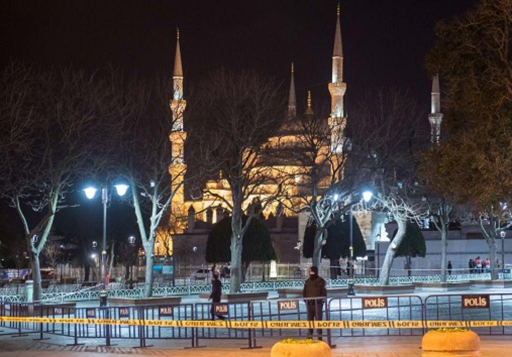 Der Ort des Anschlags nahe der Hagia Sophia wird auch in der Nacht bewacht. Foto: dpa