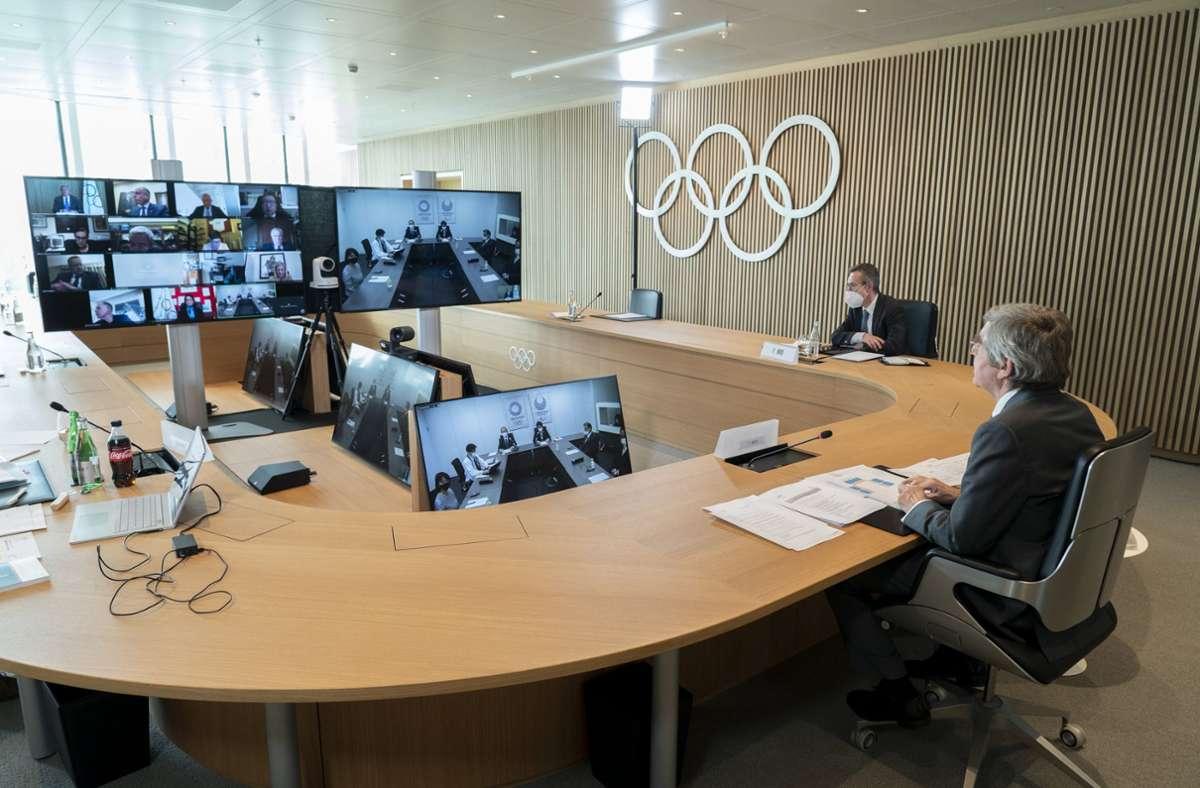 Thomas Bach (r.) nimmt an einer Sitzung der Exekutive des IOC per Video teil. Foto: dpa/Greg Martin