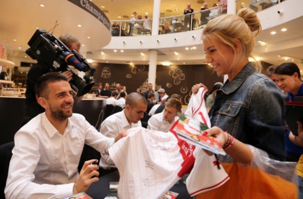 Die Profis des VfB Stuttgart haben am Dienstag im Breuninger fleißig Autogramme geschrieben. Wir haben die Bilder. Foto: Pressefoto Baumann
