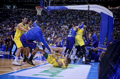 Nach Foul fliegen bei Basketball-Spiel die Fäuste