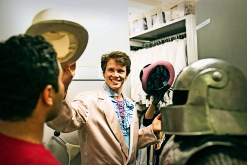Auch das gehört zum  Projekt: jugendliche Laienspieler bei der Rollenfindung im Kostümfundus des Staatstheaters. Foto: Julian Roeder
