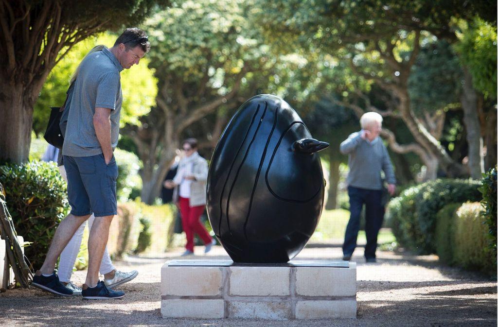Ein Besucher betrachtet eine Skulptur von Juan Miro im Park des Marivent-Palastes in Palma de Mallorca Der Park ist jetzt frei zugänglich – außer die königliche Familie weilt zu Besuch. Foto: AFP