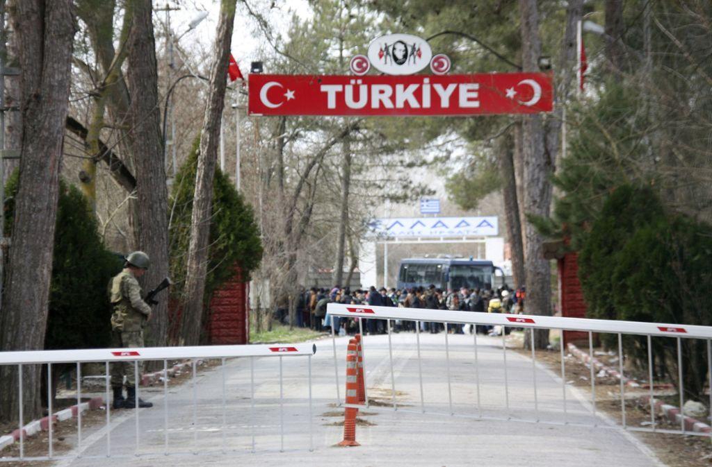 Flüchtlinge warten im Niemandsland zwischen den Grenzen der Türkei und Griechenland. Foto: AP/Ergin Yildiz