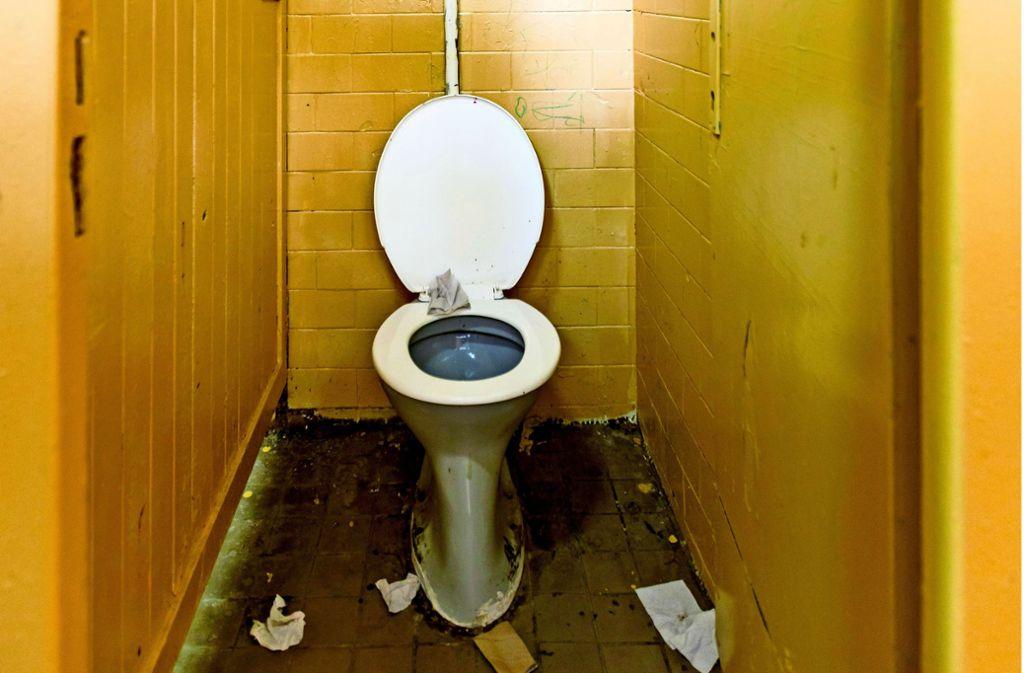 Nicht in Freiberg, trotzdem eklig: eine Schultoilette Foto: Alexandre Zveiger/stock.adobe.com