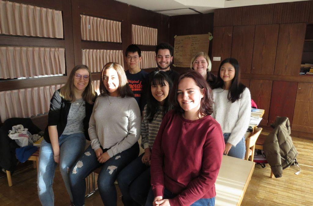 Von Freya Tasch (vorne l.)   und Julia Maiier (vorne  r.)  bekommen die Schüler Deutschunterricht und interkulturelles Training. Foto: Friedmann