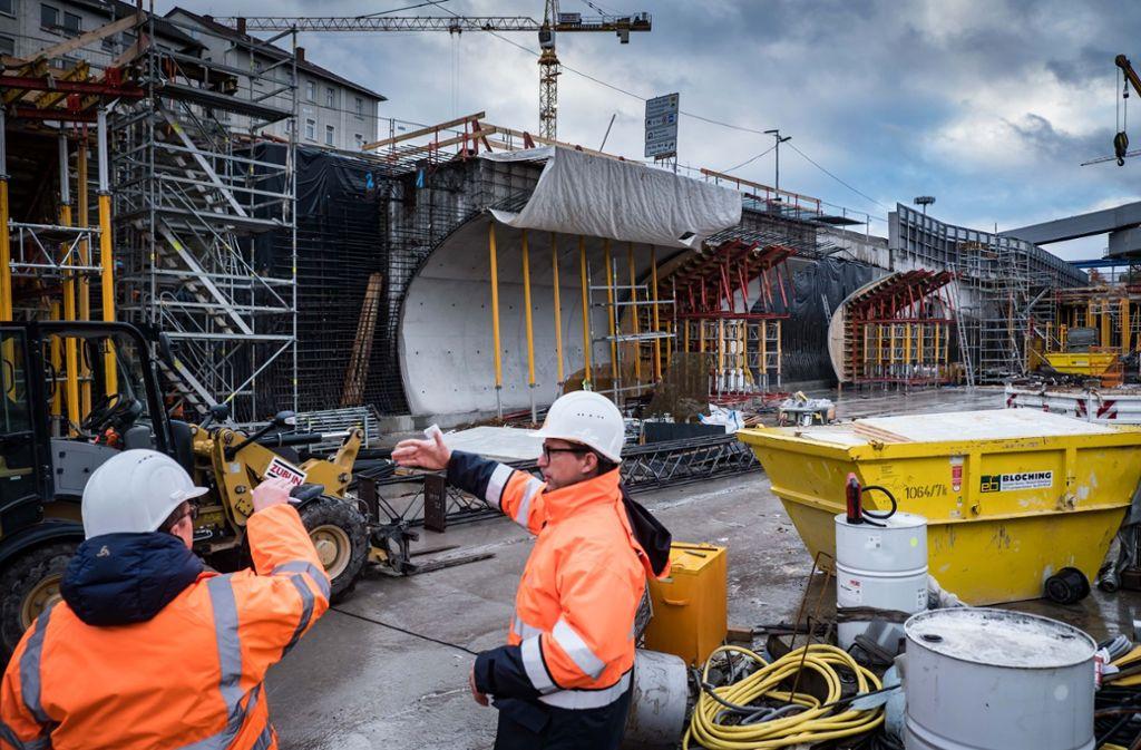 Bauingenieur Markus Zwick (re.) erklärt die Baustelle für die neue Stadtbahnhaltestelle Staatsgalerie. Im Hintergrund ist die in hellem Beton gehaltene Röhre zu erahnen. Foto: Lichtgut/Achim Zweygarth