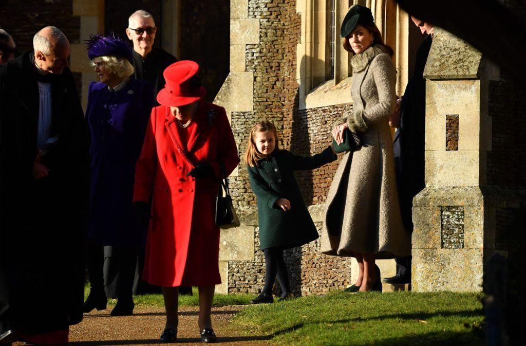 Königin Elisabeth sowie Herzogin Kate und deren Tochter Charlotte nach dem Kirchenbesuch. Foto: AFP