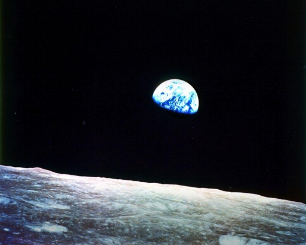Am 24. Dezember 1968 fotografierte die Mannschaft der Apollo 8 einen Erdaufgang über dem Mond: Symbol für die Zerbrechlichkeit des blauen Planeten. Foto: Nasa