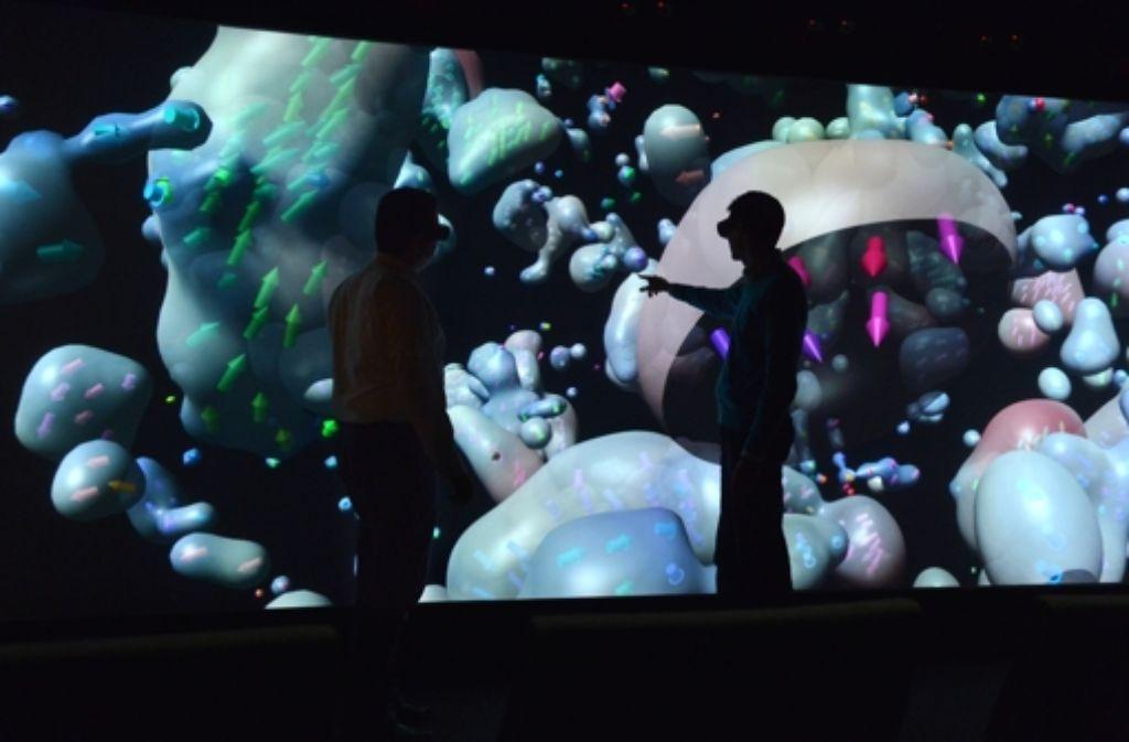 Auf der Leinwand zeichnen sich die kleinsten Teilchen in 3D ab. Foto: Uni Stuttgart/Visus