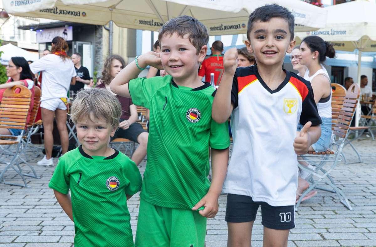 Früh übt sich, wer einmal ein großer Fußball-Fan werden will: Junge Zuschauer auf dem Wettbachplatz Foto: Stefanie Schlecht