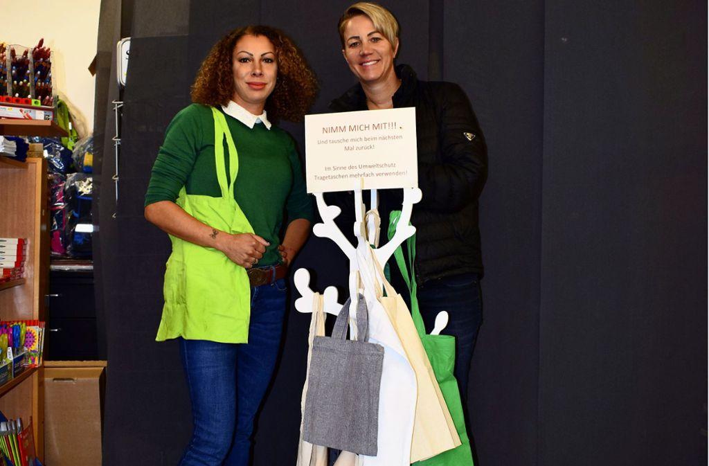 Michelle Vasic (l. ) und Klaudija Vasic mit ihrem Beutelbaum Foto: Patrick Steinle