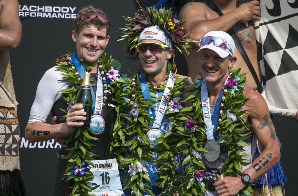 Strahlende Sieger: David McNamee, Patrick Lange und Lionel Sanders bei der Ironman-Weltmeisterschaft auf Hawaii. Foto: AP