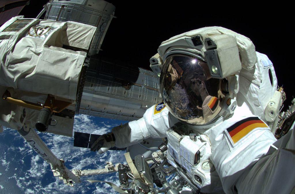 Ein Astronaut beim Außenbordeinsatz an der Internationalen Raumstation in 400 Kilometer Höhe Foto: ESA/NASA