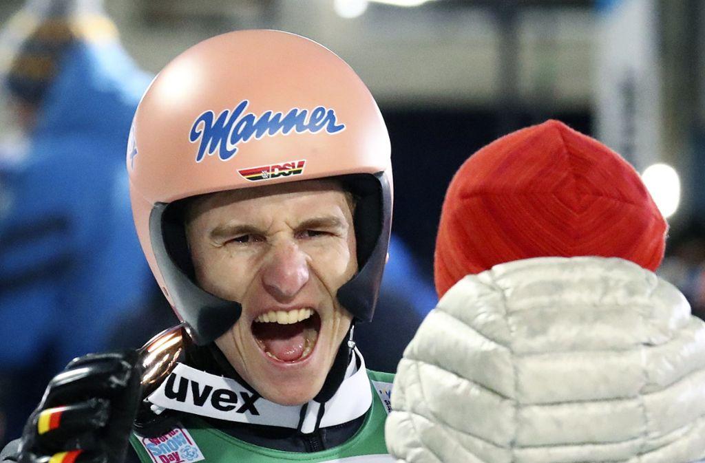 Karl Geiger jubelt über seinen zweiten Platz. Foto: AP/Matthias Schrader