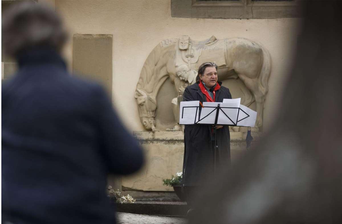 Allmende-Aktivist Ebbe Kögel beim Live-Auftritt am Kriegerdenkmal Foto: Gottfried Stoppel
