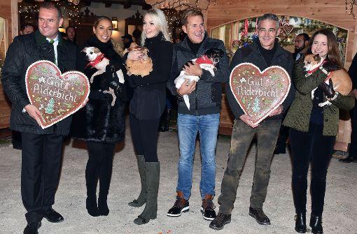 Promis eröffnen Weihnachtsmarkt auf Gut Aiderbichl