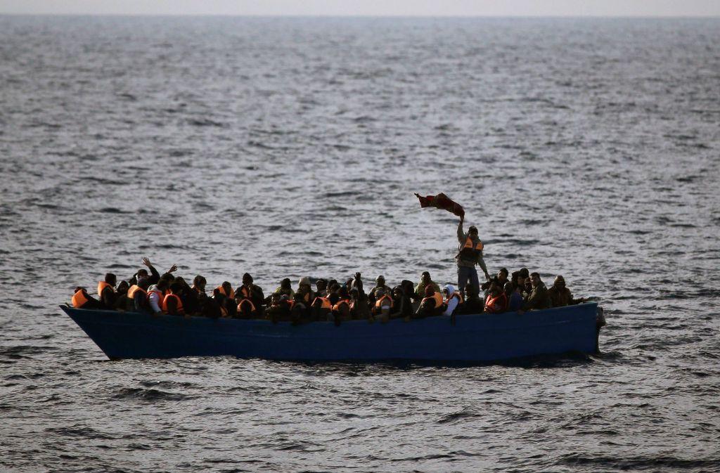 Schiff kenterte vor Küste Libyens | Mehr als hundert Flüchtlinge vermisst