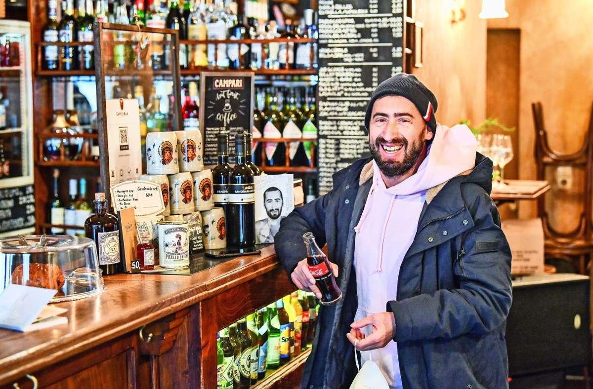 "Rosario Fuca, den alle ""Rossi"" nennen, in seinem ""Wohnzimmer"", der Caffè-Bar neben dem Tagblatt-Turm Foto: Tom Bloch"