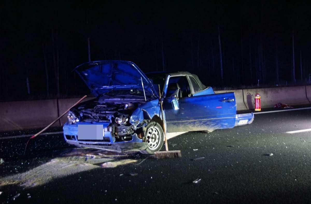 Das Auto ist bei dem Unfall schwer beschädigt worden. Foto: SDMG