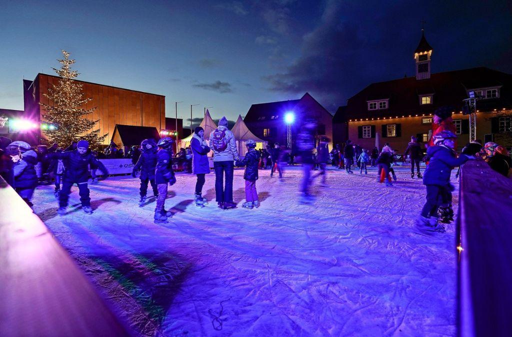 Die Open-Air-Eislaufbahn auf dem Gerlinger Rathausplatz hat sehr viele Besucher angelockt – auch aus den Nachbarkommunen. Mehr Fotos finden Sie in unserer Bildergalerie. Klicken Sie sich durch. Foto: factum/Jürgen Bach