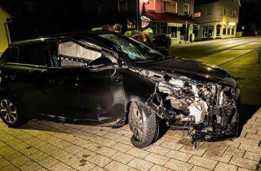 Auto rammt Ampel – Beifahrer verletzt