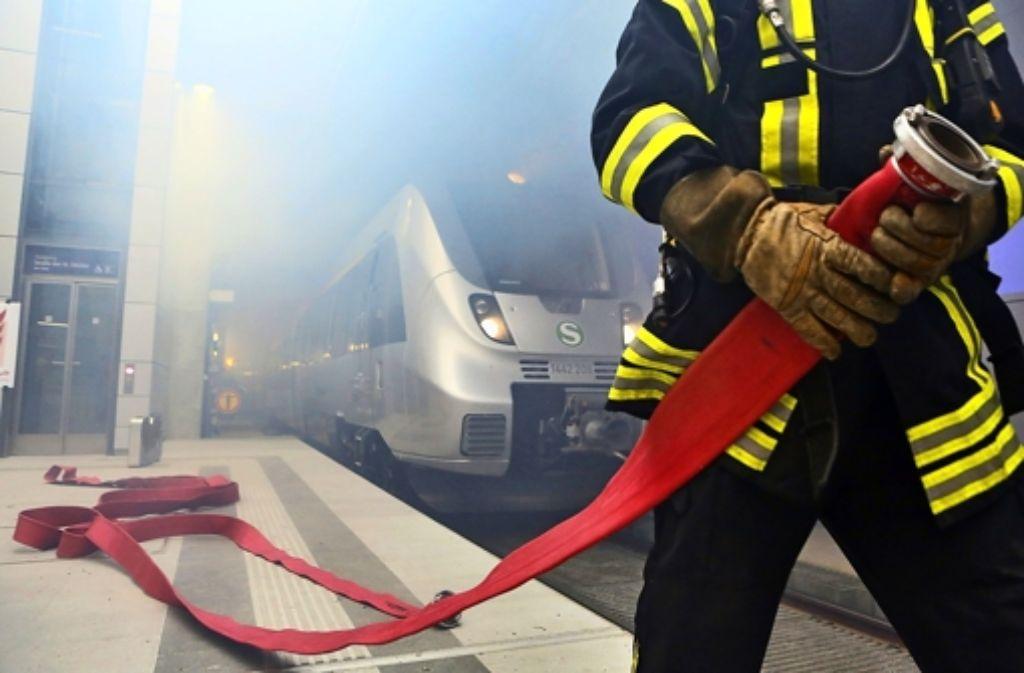Der Brand Brandschutz im S-21-Tiefbahnhof  bleibt ein heißes Eisen – hier ein Bild von einer Übung im City-Tunnel in Leipzig. Foto: dpa