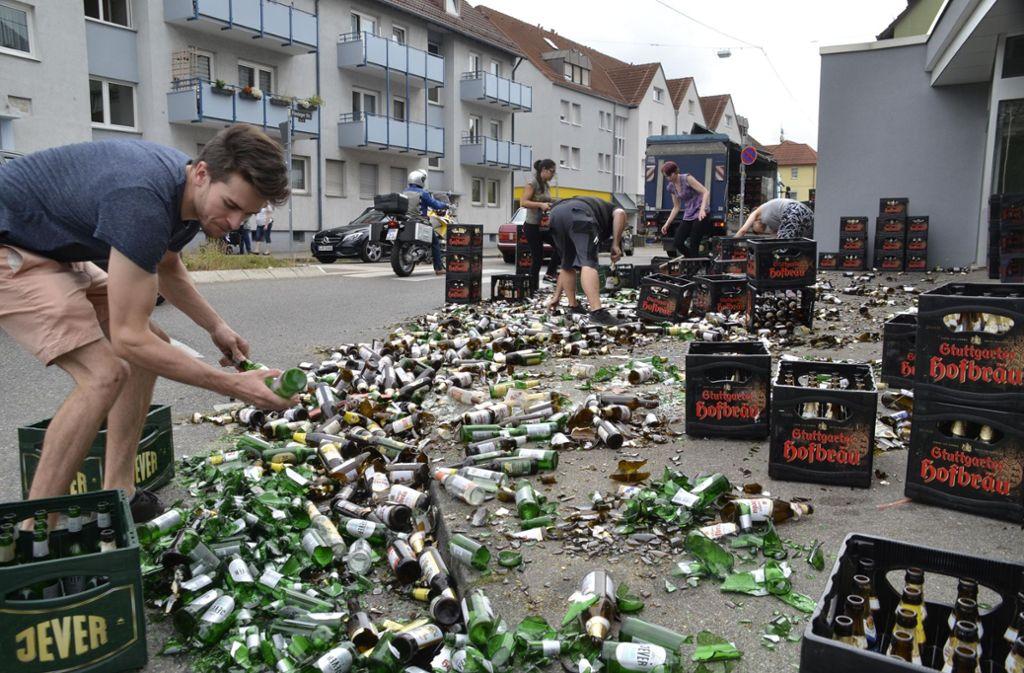 In Stuttgart-Möhringen hat ein Getränkelaster am Mittwochmittag 200 Getränkekisten verloren. Foto: Andreas Rosar Fotoagentur-Stuttg