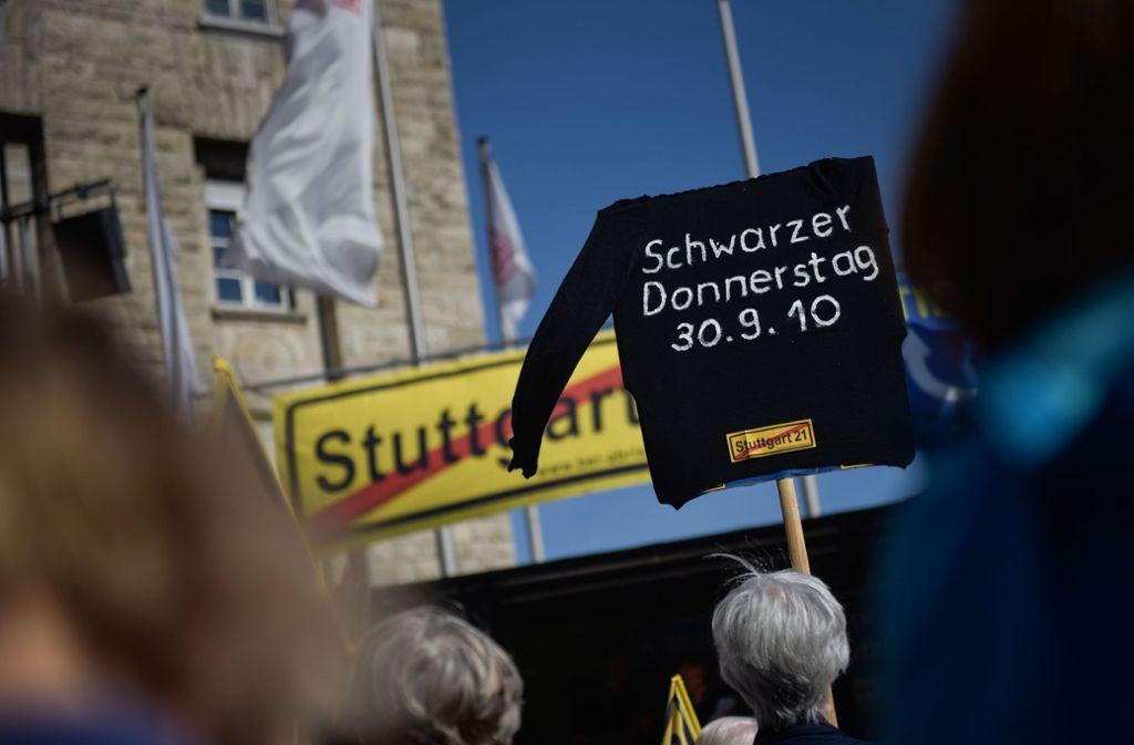 """Mit Transparenten erinnerten die Stuttgart-21-Gegner an den """"Schwarzen Donnerstag"""" vor acht Jahren. Foto: Max Kovalenko"""