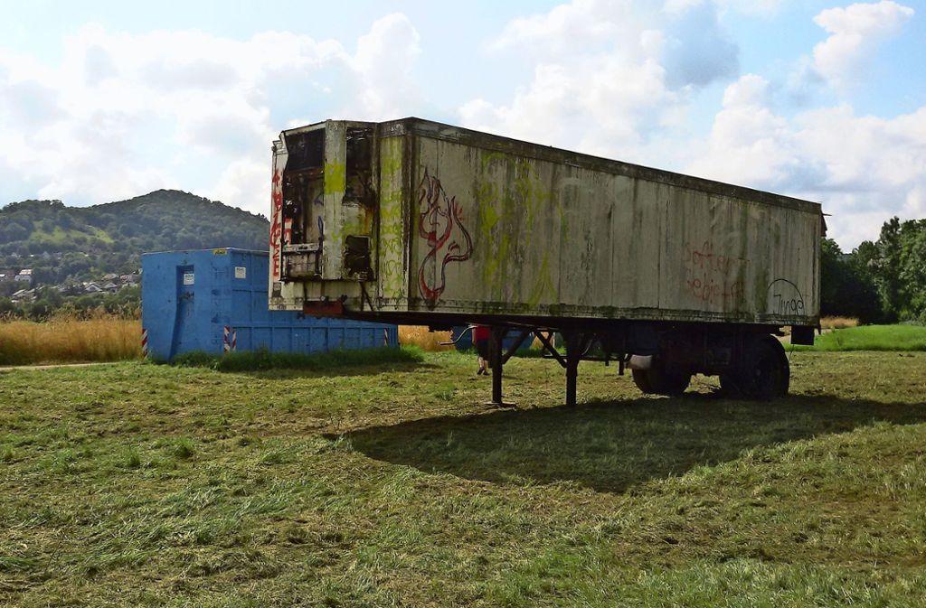 Der große schrottreife Lastwagen-Auflieger ist aus dem Wald auf eine Wiese geschleppt worden. Foto: privat