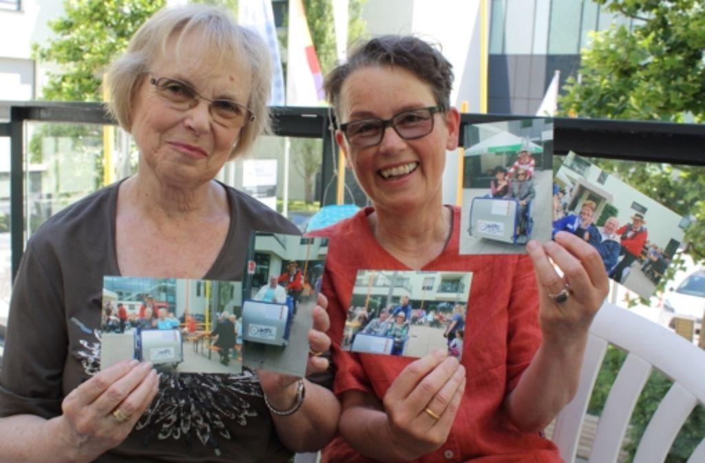 Heiderose Preuß (links) und Evelin Bleibler zeigen Aufnahmen vom Sommerfest des PMGZ, auf dem sich viele Besucher mit der Rikscha herumfahren ließen. Foto: Rebecca Stahlberg