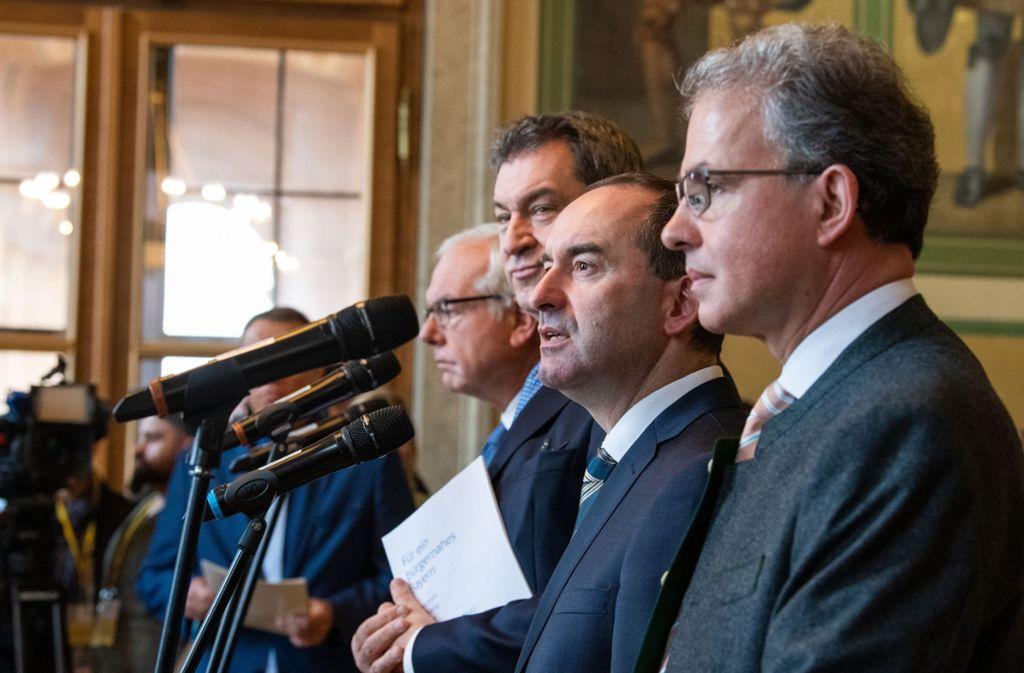 Vor einem Jahr: Partei- und Fraktionschefs besiegeln die bayerische Koalition. Thomas Kreuzer und Markus Söder für die CSU; Hubert Aiwanger und Florian Streibl für die Freien Wähler (v.l.n.r.) Foto: dpa/Lino Mirgeler