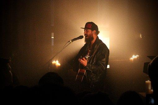 Mit Gitarre und Zitterstimme: RyX im Club Schocken. Foto: L. R. Fotografie