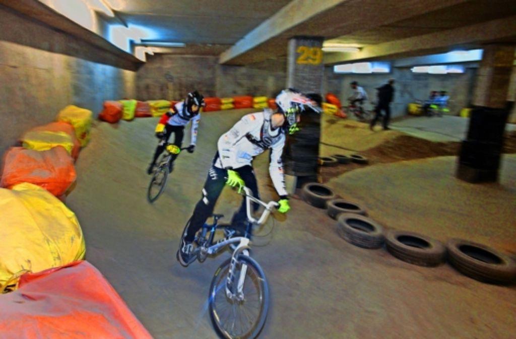 Noch drehen Radsportler ihre Runden auf der BMX-Trainingsstrecke im Neckarpark. Doch sie  müssen Abschied nehmen von ihrem Domizil. Foto: factum/Granville