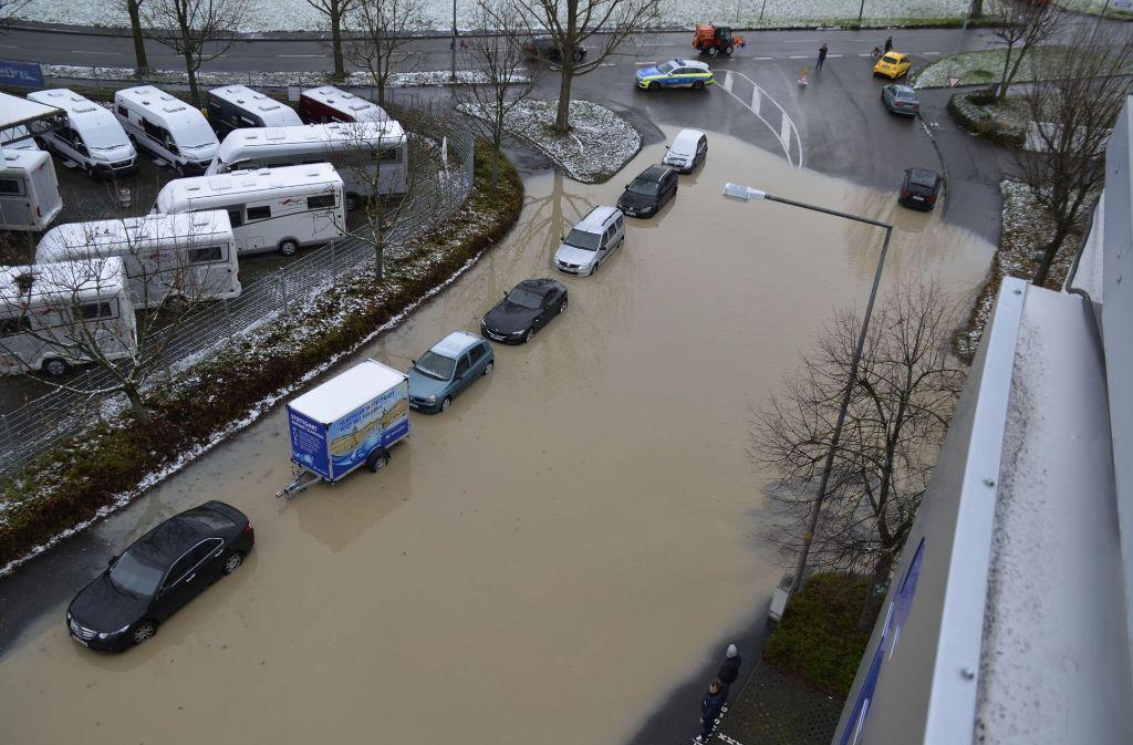 Ein Wasserrohrbruch hat die Straße in Stuttgart-Weilimdorf unter Wasser gesetzt. Foto: Andreas Rosar Fotoagentur-Stuttg