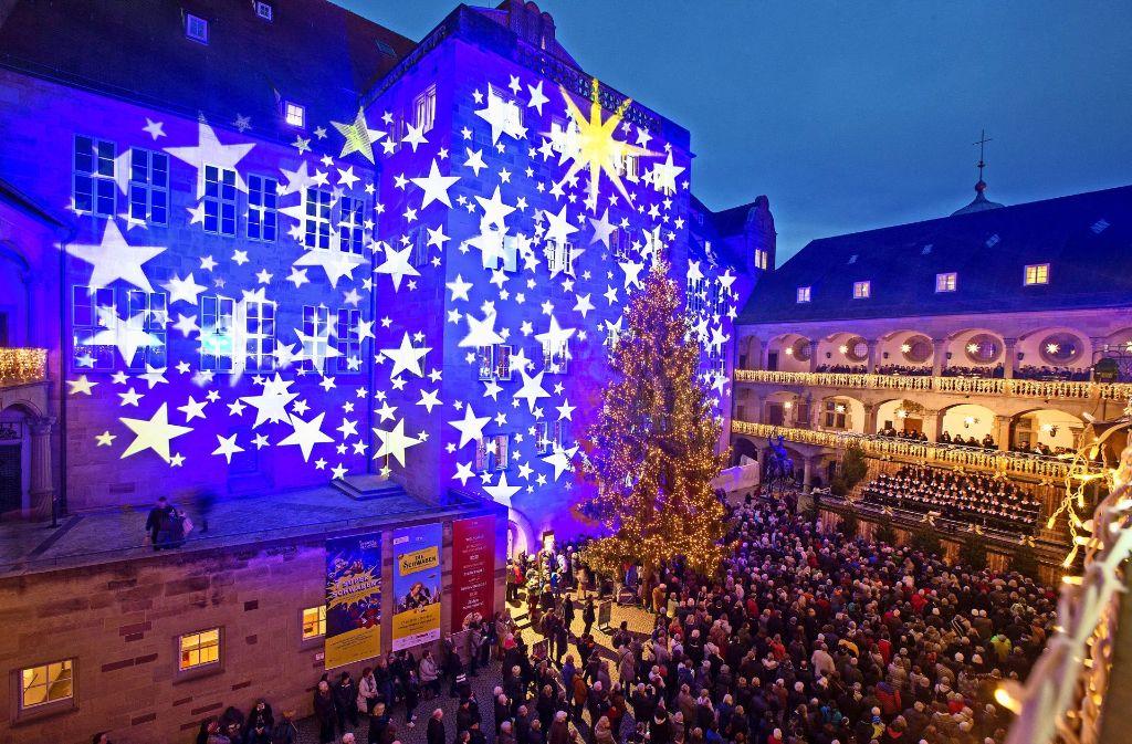 Der Weihnachtsmarkt ist im Innenhof des Alten Schlosses feierlich und mit Sternenglanz eröffnet worden. Foto: Lichtgut/Leif Piechowski