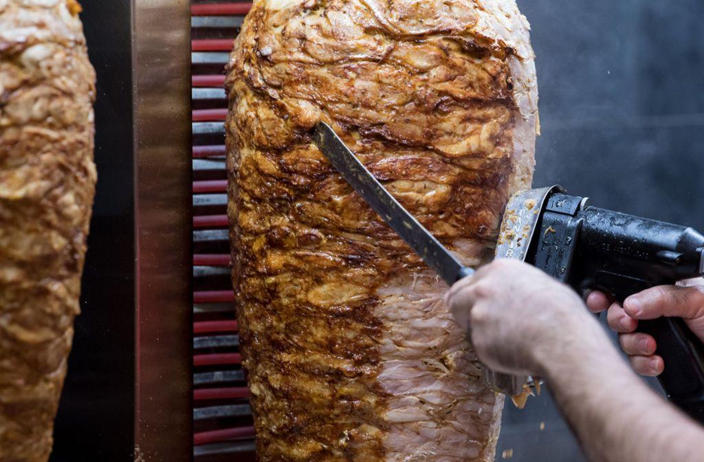 Anstatt das Geld auszuhändigen, verjagte ein Döner-Angestellte einen Räuber  mit einem Dönerspieß ohne Fleisch. Foto: dpa