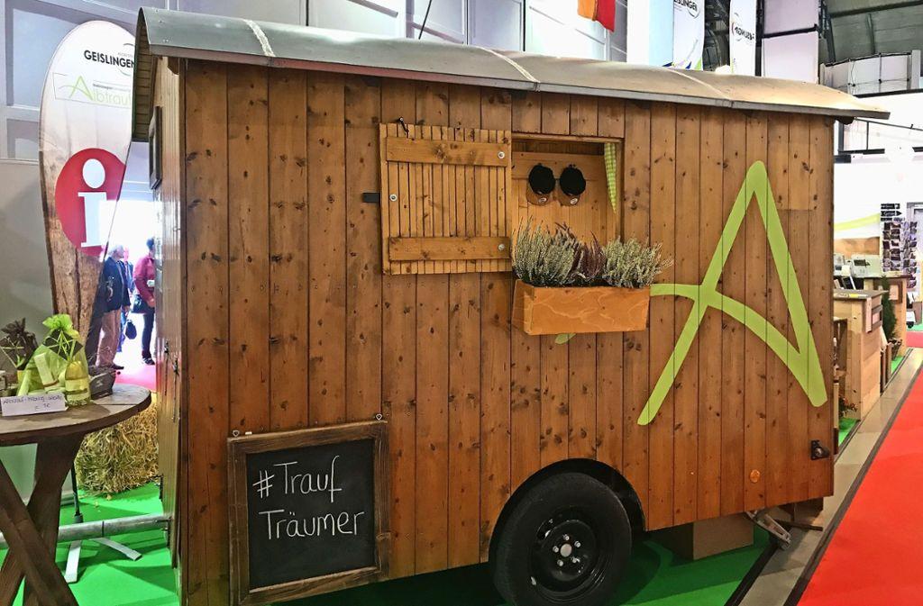 """Den Schäferwagen """"Trauf-Träumer"""" gibt es bereits. Vom nächsten Jahr soll er Gästen auch als Übernachtungsstätte im Grünen zur Verfügung stehen. Foto: Esa"""