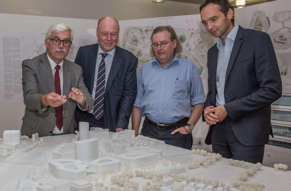 2017 haben Vertreter der Allianz, der Preisgerichtsvorsitzende Kaspar Krämer (links) und Baubürgermeister Pätzold (Zweiter von rechts) vorgestellt, was der Architektenwettbewerb ergab. Foto: Lichtgut/Julian Rettig