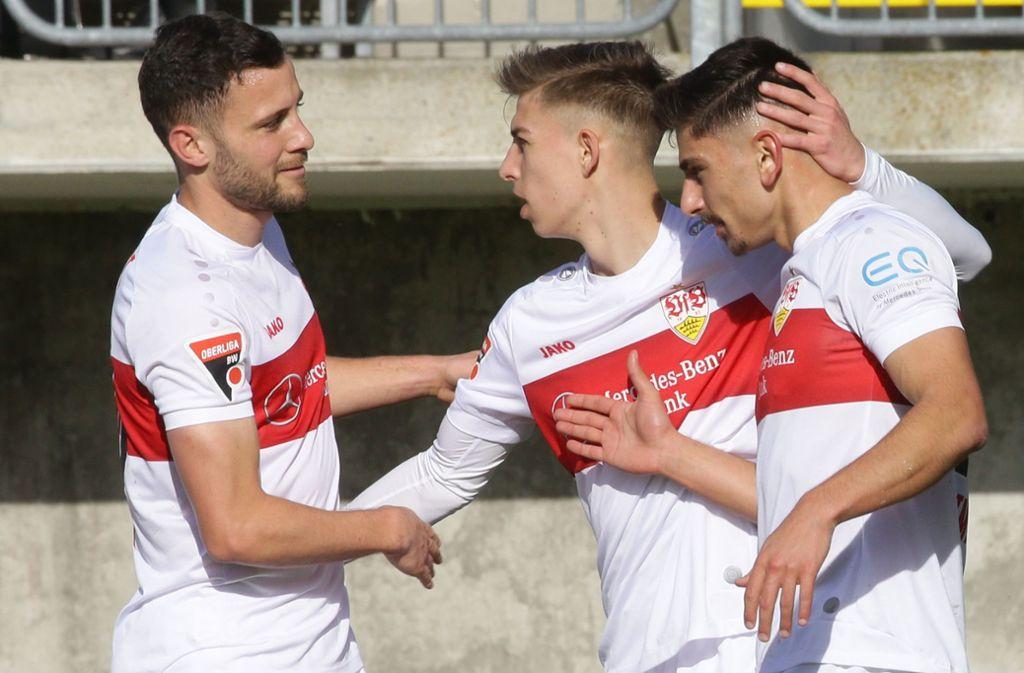 Der Neuzugang des VfB Stuttgart trifft beim 6:1 in Nöttingen auf Anhieb: Malik Batmaz (re.) nimmt die Glückwünsche von Kapitän Lukas Kiefer (li.) und Marco Pasalic entgegen. Foto: Baumann