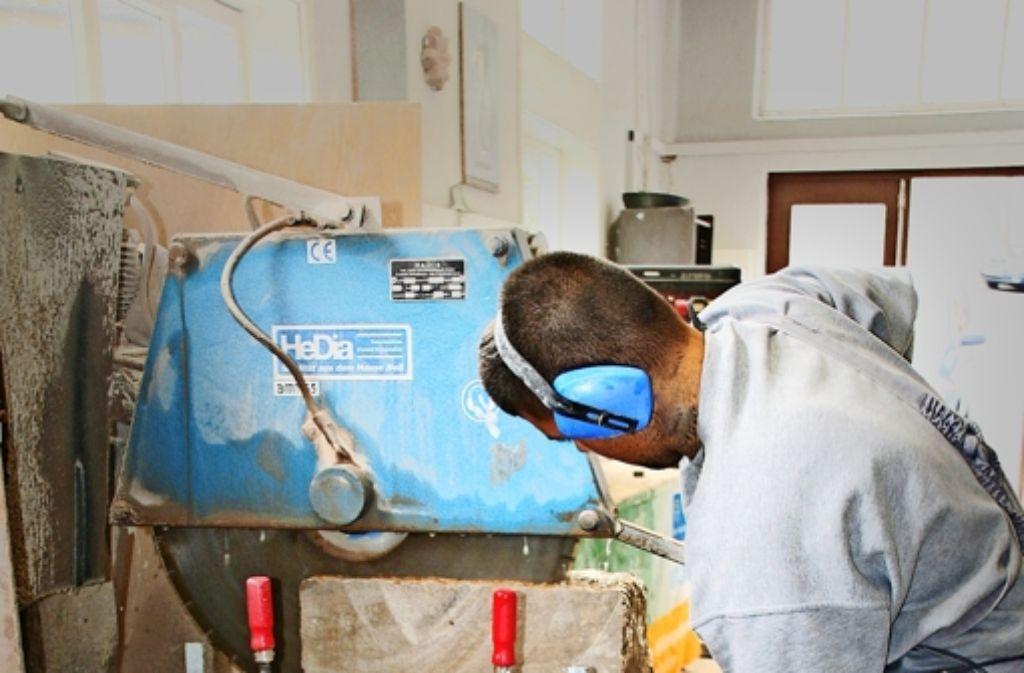 Die Gefangenen arbeiten in allen Bereichen an der Restaurierung des Klosters Frauental: Sie sägen Stein (Bild) oder Holz, sie gießen Stahlbeton oder legen Fliesen. Foto: JVA