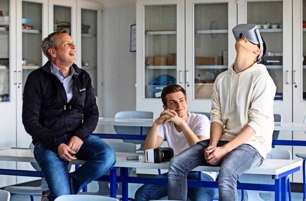 Frank Schmidt     und seine Schüler Fabio und Leo machen gerne 360-Grad-Filme. Foto: Eppler