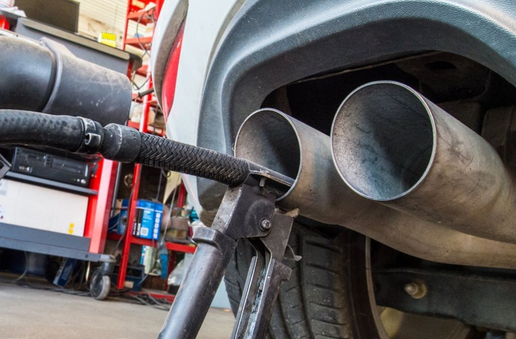 Eine Sonde misst die Abgaswerte eines Autos. Die deutschen Autohersteller müssen mehrere hunderttausend Autos nachrüsten. Foto: dpa