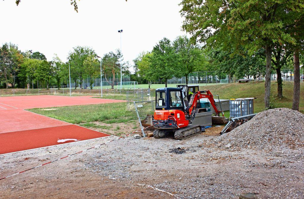 Noch sind die Arbeiten auf dem Gelände an  der Solitudestraße nicht beendet. Es fehlen noch Markierungen auf dem neuen Allwetter-Spielfeld (l.) . Foto: Torsten Ströbele