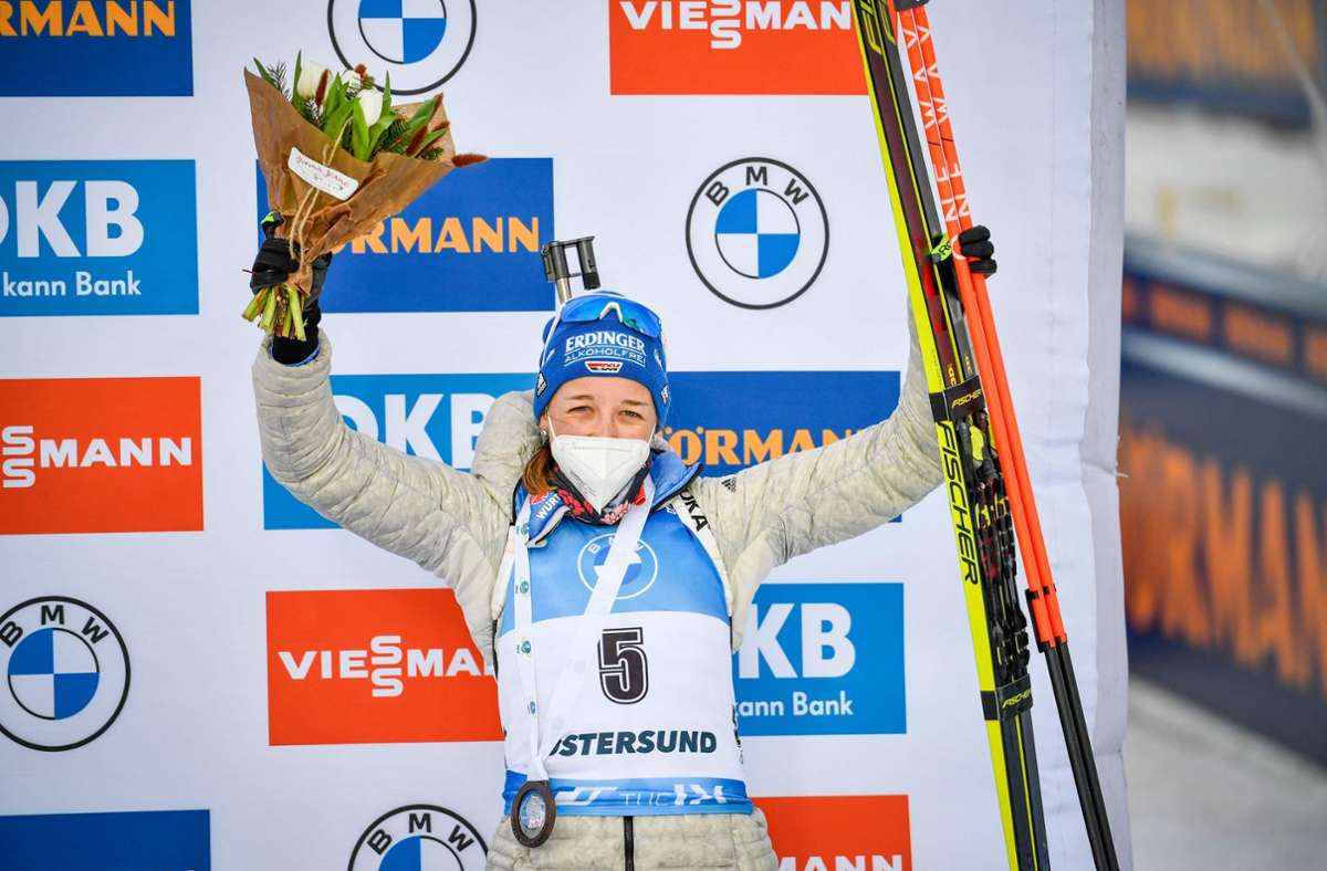 Franziska Preuß eroberte mit Platz drei im Massenstart in Östersund noch den dritten Rang im Gesamtweltcup. Foto: AFP/ANDERS WIKLUND