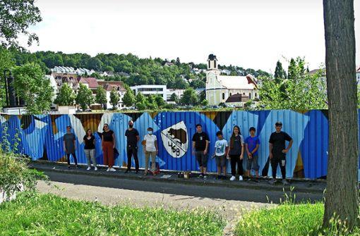 Graffiti   lässt Absperrung blau leuchten