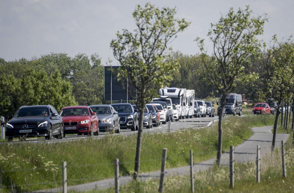 Lange Autoschlangen bildeten  sich am Donnerstag auf einer Landstraße kurz vor St. Peter Ording. Foto: dpa/Axel Heimken