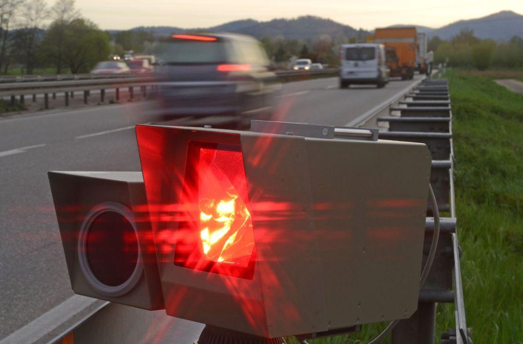 Der Autofahrer schlug einen mobilen Blitzer auf den Boden. (Symbolbild) Foto: dpa