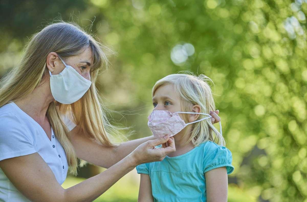 Zum eigenen, aber vor allem zum Schutz des Gegenübers sollten die Corona-Masken Mund und Nase bedecken. Foto: imago images