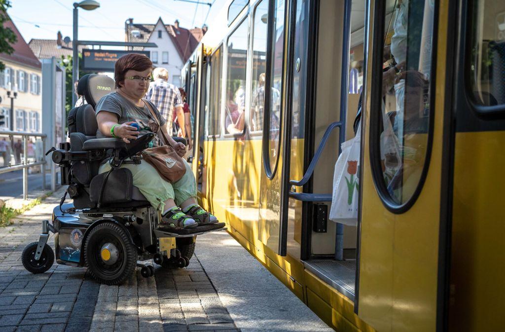Heidi Hesse hat im Sommer auf das Hindernis an Stadtbahnen aufmerksam gemacht: Der Einstieg ist bei vielen Haltestellen zu hoch für E-Rollis. Foto: Lichtgut/Julian Rettig